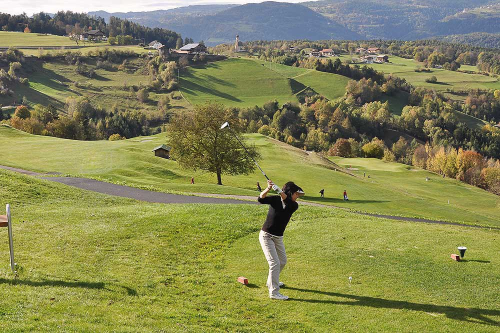 Golf in vacanza in Alto Adige di fronte a un panorama alpino da sogno
